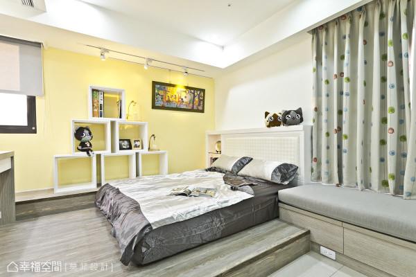 床垫旁的六宫格展示柜,可以依照需求作排列及调整,让小朋友有无穷的想象。