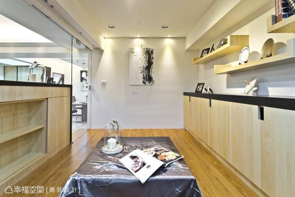 工作区具有多元且丰富的收纳功能,例如电视矮墙的后方、开放的层板书架以及墙面的柜体。