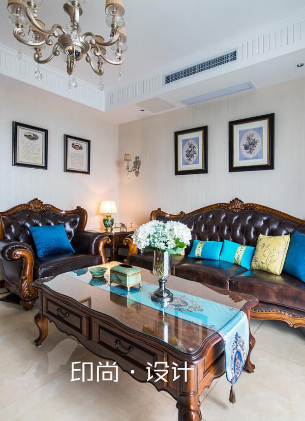 客厅顶面波浪的造型,香槟色水晶吊灯点缀其中,十分贴合女主人自身时尚华贵的气质。