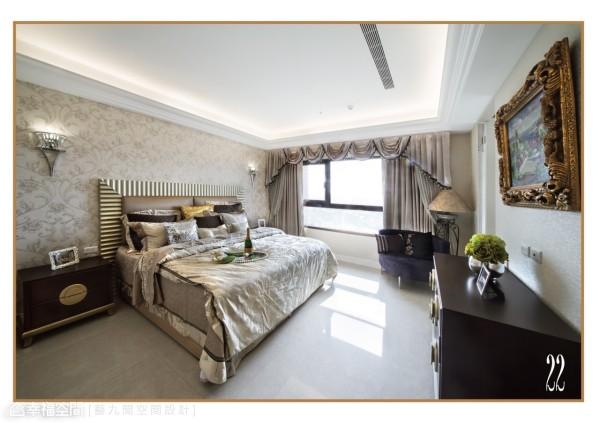 充满贵族气韵的华丽床板,搭配浪漫新古典的壁布墙面,打造出低调而奢华的大邸风范。