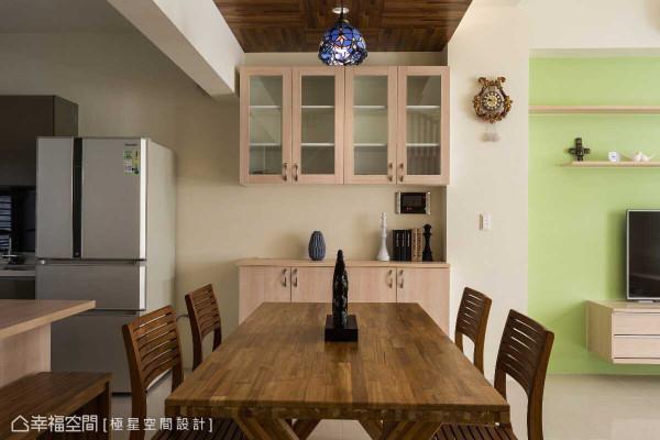 为提供多元化的飨食体验,设计师何俊德选以餐桌为核心,循序增设出餐柜及吧台等机能。