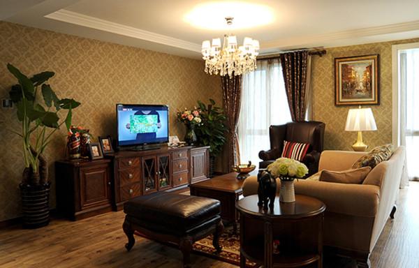 客厅采用古典壁纸和美克家具融合的很好。