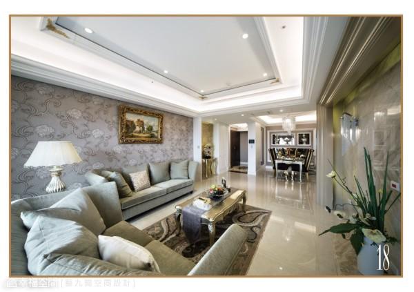 客厅素材之运用,演绎丰沛的质材肌理,设计总监Amanda在沙发背墙铺设进口壁布,电视面墙采用帝诺大理石,线板则以多层次框塑,体现场域的辉煌意象。