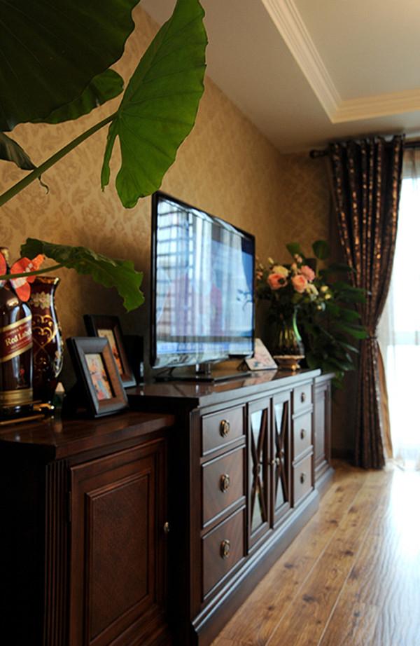 客厅采用电视柜组合,精美配饰让整个空间更加舒服