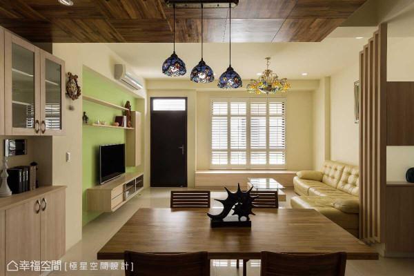 暖质的柚木,于餐厅天花及桌面铺陈,框景出了空间景深,同时,也将场域温度做了视感调节。