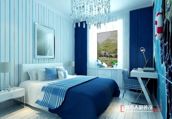 蓝色的床品与窗帘焕发着大海的清澈与浪漫,幽默诙谐的水晶灯诠释着艺术的美感,与世无争的小世界中空气仿佛都静止了一般,生活也变得舒适而简单,让小主人有一个安静而舒适的睡眠空间。