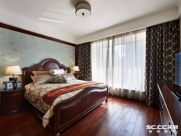 使用白色加棕色的色彩搭配,使得整个空间稳重自然,简单的硬装加上有质感的软装使得整个空间韵味十足。整个空间只是运用线条与墙纸做了一个床头背景墙,简单大气又不失韵味,同时还十分的环保
