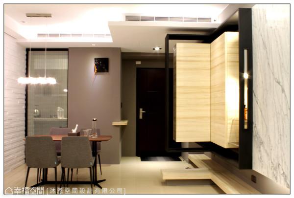 呼应客厅的设计元素,将实木烤漆及深军灰色漆运用在餐厅的立面表现上,呈现整体一致的设计感。