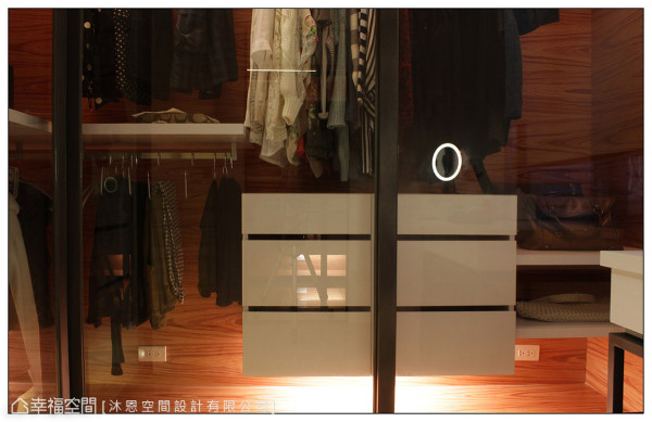 透过各种形式的收纳规划,方便屋主依照不同单品配件分类归位,维持视觉的干净利落。