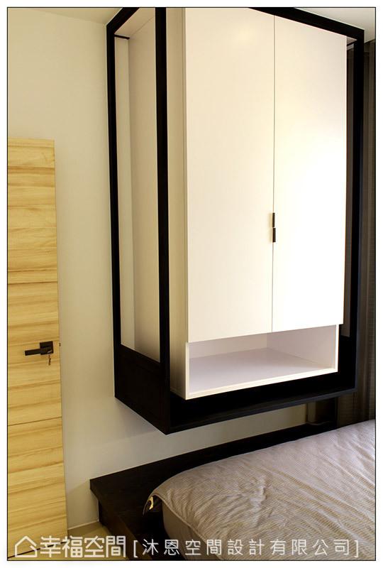 次卧室的衣柜同样采铁件环绕柜体,并以悬挂式设计手法,呼应公领域的设计元素。