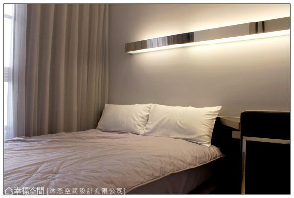 以浅灰色墙面营造简单、大方的场域表情,床头上方的长形不锈钢灯箱持续延伸至书桌区,提供全面性的照明。