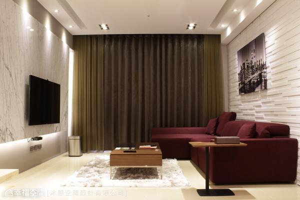 邵昭文设计师以实木烤漆作为沙发背墙,恰与对向的电视主墙形成对比美感,再以酒红色系的跳色沙发,增添空间的时尚调性。