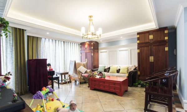 皮质沙发、深棕色木质家具,搭配带有西式特色的钢琴,将中西方的元素巧妙融合。