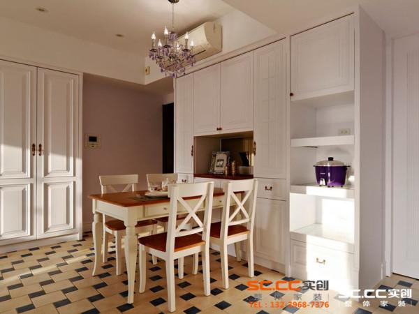 巧雅的实木餐桌上,点缀一盏紫色水晶灯,营造家庭用餐的小浪漫。