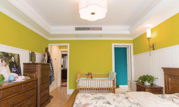 用美式的低矮柜代替传统的衣柜,使整个卧室风格统一,空间也不显得压抑。