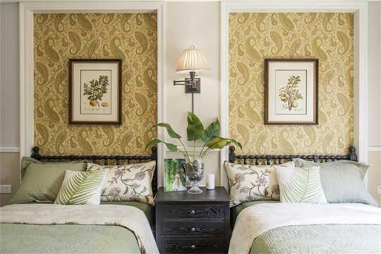 浅黄色墙漆做底,做旧家具和挂画相衬。