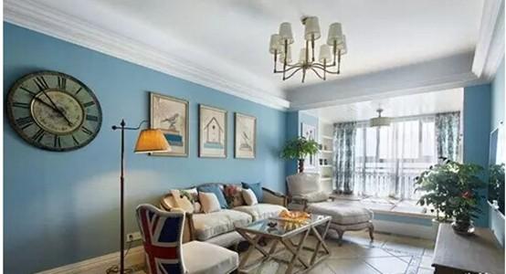 阳光在蔚蓝色的墙壁折射下变得柔和舒适。木质法式的沙发组风格慵懒又有着法式的优雅细致。