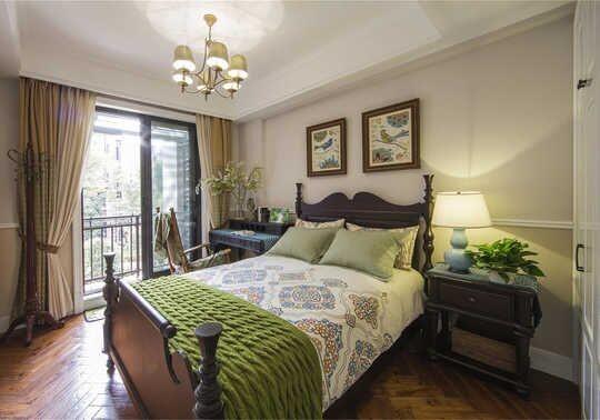 落地窗的设计让卧室充满阳光;木质元素让整间卧室显出一种自然舒适感。