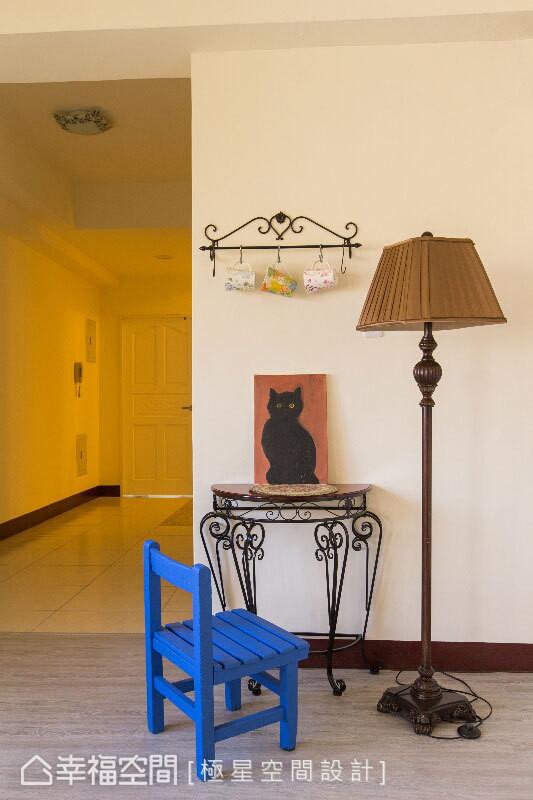 古典线条杯架、边桌与立灯,搭配童趣画作与高彩度小学座椅,即便是过道茶水间,一样具备设计亮点。