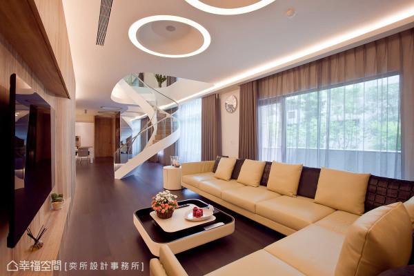 天花板刻意避免锐利的直角造型,以有机的自然流线型,搭配饼图案为造型,呈现柔和流动的意象。