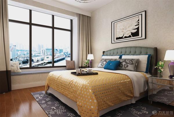 卧室方面业主要求的是出次卧,作为二十岁左右的儿子居住,整体墙面也是采用与客厅一样的壁纸。在床铺软装方面选用的较为鲜艳的颜色进行搭配。使整个空间不至于压抑同时也能起到点缀的作用。