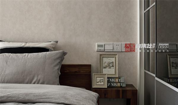 主卧室床头柜特写,伸手就能够到的开关展现出人性化的家居设计,使业主在生活中更方便更舒适是设计的目的之一。