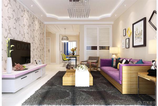 整体风格为现代简约,业主为一对50岁左右的夫妇,因为家具都保留原来自己使用的家具,所以在配色上有一定的局限性,因此在这个方案的设计上主要在吊顶上做了一些创新。