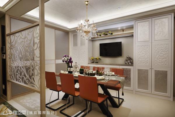 拥有大量收纳空间的餐厅,利用同样带有绿色系的白金琉璃石材和壁纸,让视觉集中在主墙中心。而对称门片混搭银箔、烤漆线板及珍珠贝壳板,轻浅柔和的用色逻辑,营造出典雅的用餐氛围。