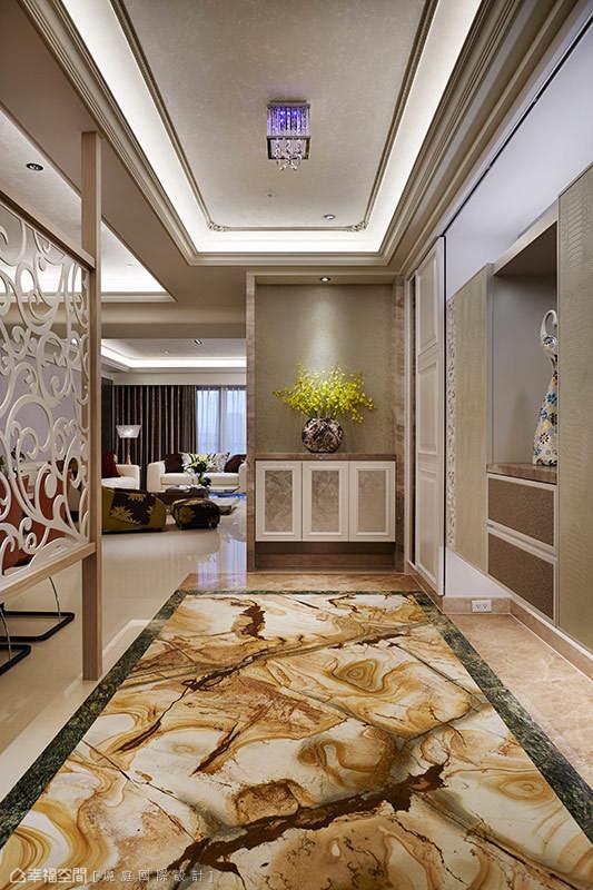 佛朗明哥大理石相较高雅的米色地砖,奔放的天然纹理,自然聚焦出玄关大器感。