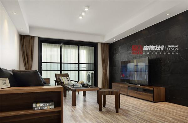 白色的简洁朴素、加上黑色的高雅时尚,不仅能让空间更显开阔,还可以让人在烦嚣中感受白色的纯净。布艺抱枕和木色家具为客厅带来几分暖色。