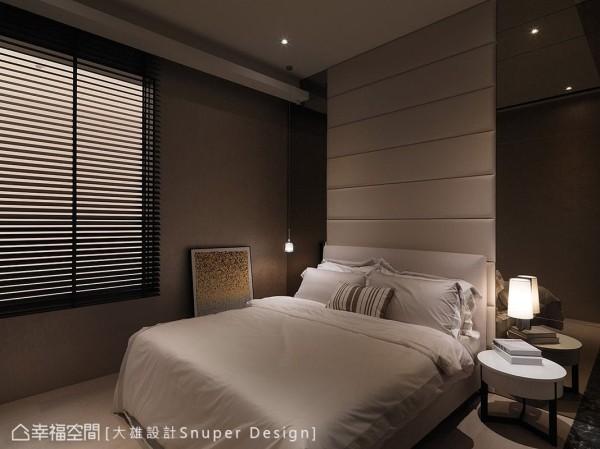 以浅大地色系铺陈舒适的卧眠氛围,床头主墙以绷布搭配镜面元素,表现出低调贵气的场域表情。