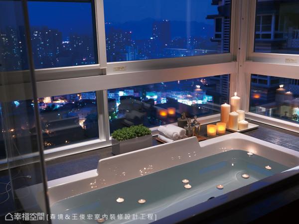 设计师在汤池旁预留置放物品的平台,并规划可调节视角保留隐私的百叶窗,夜幕低垂时点上精油蜡烛,将城市夜景揽入眼帘,卸下一身疲惫。