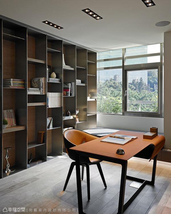 现场施作、拉以不锈钢毛丝面的书墙量体,在现代气息里错落入橡木钢刷层板,精工展现人文气息。