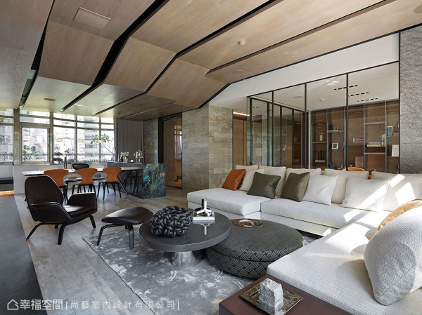由地漫伸至壁的木纹砖面,以同质语汇统合多面向界面表情,精致呈现精品饭店般的质感美学。