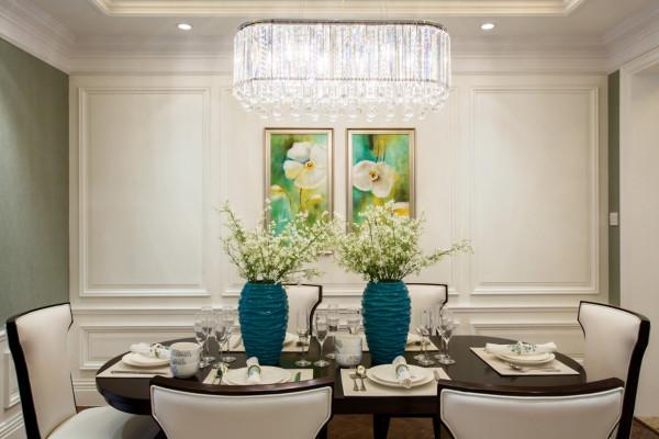 客厅的设计着重突出客厅的礼仪感,客厅与书房同在一个空间让书房视野更开阔,坐东向西的书桌配合开绰的空间。
