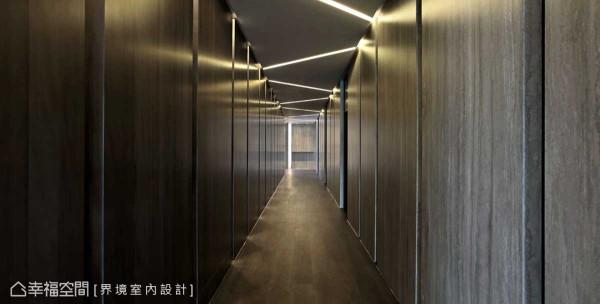 天花板设计折线式的灯带,水染蕾丝木中段施以勾沟线条,营造出饭店风貌,现代感十足。