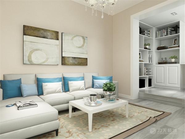 本次的设计风格是现代简约风格。客厅没有复杂的吊顶,电视背景墙只放了两个趟板,沙发背景墙是挂画,墙面的总体颜色是浅咖色。地面是浅灰色的木地板。
