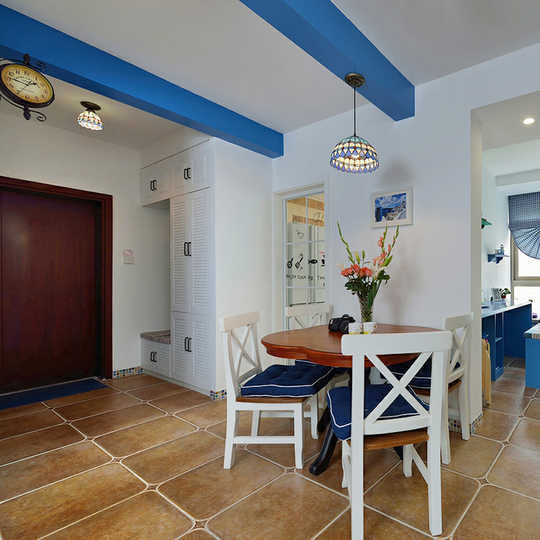 家具尽量采用低彩度、线条简单且修边浑圆的木质家具。在室内,窗帘、 桌巾、沙发套、灯罩等均以低彩度色调和棉织品为主。素雅的小细花条纹格子图案是主要风格,也是地中海风格独特的美学产物。