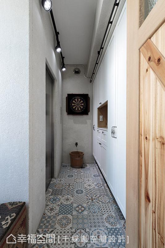 将电梯出入口既有的实墙转换为实务机能,增设大面积的鞋柜,满足一家人的收纳所需。