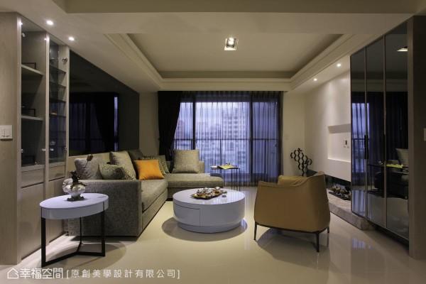结合机柜、衣柜与鞋柜的量体,以反射镜面材质作为立面表情,并与纯白的电视主墙形成鲜明对比。