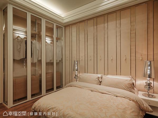 衣柜结合灯光与通透材质,打造出如精品展示橱窗的意象。