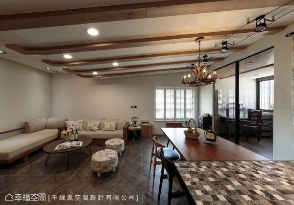 天花板以格栅语汇演绎乡村风精神,其斜向延展的设计手法,有效修饰梁体的存在感。
