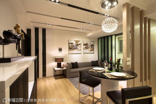 玄关以白色钢烤结合带状黑色墨镜将电表箱设备隐藏,与琴键般设计的天花板相呼应。