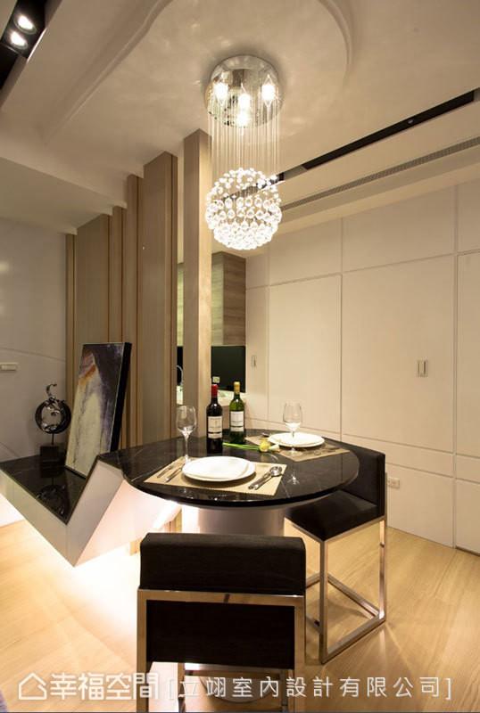 电视墙台面尾端抬升后,变成圆形的餐桌,结合圆球状吊灯,带来休闲情调,平时可作为小聚的吧台用。