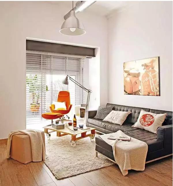 为了节省空间布局,充分利用了每个角落,车轮上的咖啡桌,内置存储空间为家增添了俏皮的感觉。鲜橙色扶手椅是生活区的焦点,旁边的大窗户创造了一个美好的阅读位置。