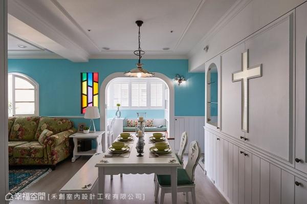 因屋主为虔诚的基督教徒,希望家中能有教堂的感觉,禾创设计团队撷取十字架及七彩玻璃窗元素,为空间增添趣味表情,亦满足屋主对家的向往。