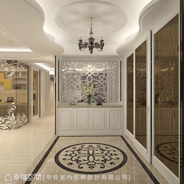 帝谷设计运用双色拼接的大理石地坪界定出玄关区域,流线造型天花搭配精致古典吊灯,展现出大器典雅的迎宾氛围。