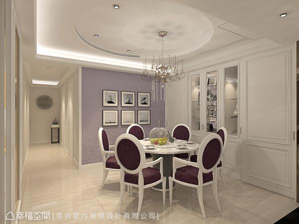 以紫色的玫瑰图腾壁纸搭配晶莹的水晶吊灯,营造浪漫甜美的空间氛围,让一家人的餐叙时光有了美好的想象。