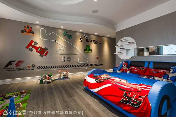 以赛车为主题的小男孩房,满足男孩们童年的梦想,此外为围塑主题的一贯性,帝谷设计团队更特别订作宛如一台赛车的床组设计。