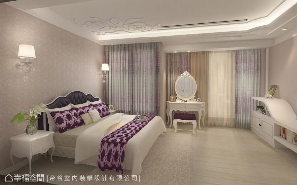以粉紫色为基调的主卧房,同样以花卉图案点缀于床头背墙与天花板,为生性浪漫的女主人营造出唯美舒适的卧眠氛围。